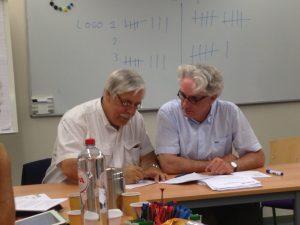 Chris Nebelstein (links) voorzitter Pvda en Jos van Dijk voorzitter GroenLinks ondertekenen de samenwerkingsovereenkomst