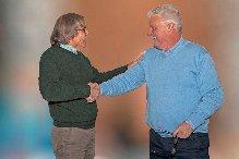 Aad Stuivenberg feliciteert Johan Helmer met zijn benoeming tot voorzitter